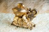 Elefant kniend mit Prachtgefäß, gold