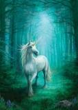 Einhorn im blauen Wald